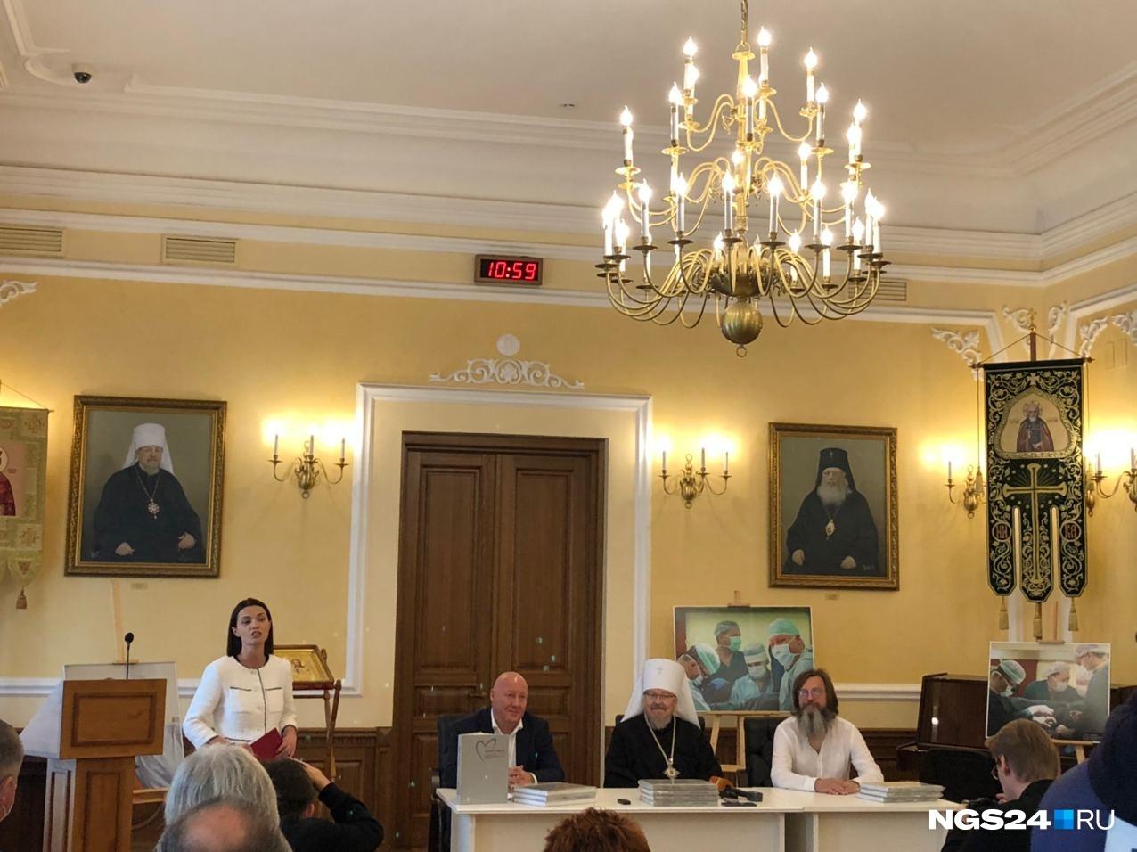 Книгу презентовали в Архиерейском доме. Справа — Алексей Снетков, слева — Валерий Сакович