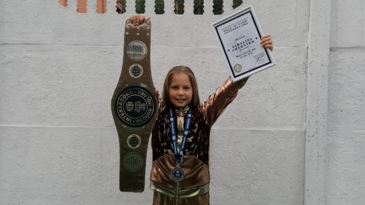 Присела 222 раза, стоя на гвоздях: школьница из Екатеринбурга установила несколько мировых рекордов