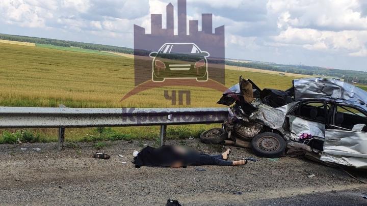 Женщина на Toyota влетела в фуру под Красноярском и погибла