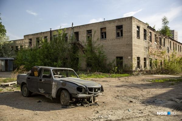 Ещё месяц назад территория будущего дома выглядела так: на фото огромный заводской корпус на Красном проспекте, 167, к. 1