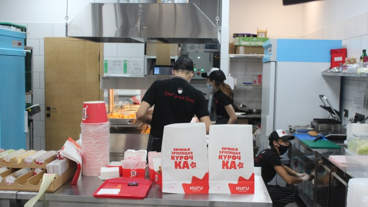 На Троллейном открылся конкурент KFC — владельцы новой точки выбрали похожее название