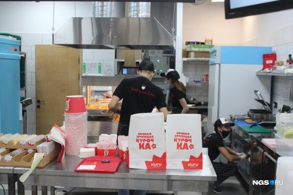 В заведении открытая кухня, так что посетители могут видеть, как готовятся их заказы