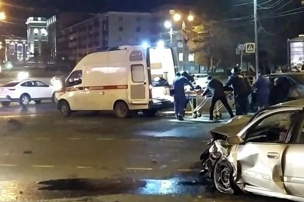 С места аварии медики забрали четверых пострадавших