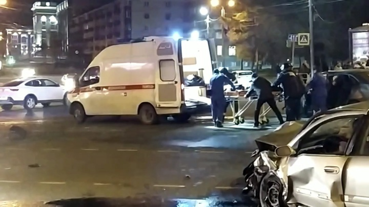 В вечерней аварии с такси в центре Челябинска пострадали четыре человека