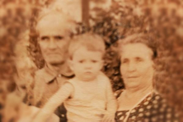 Суровый характер Ивана Акимовича не ощущала на себе только его маленькая внучка