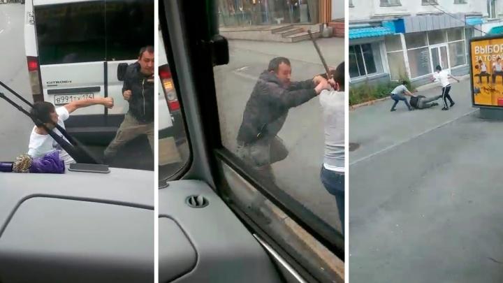 «Били палкой и ногами»: пассажиры стали свидетелями драки маршрутчиков в центре Челябинска