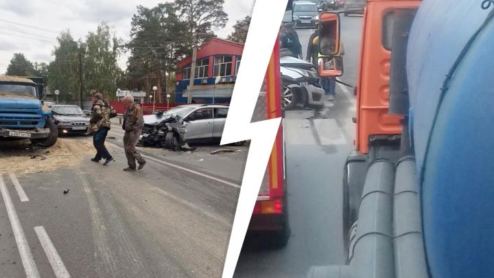 Салаирский тракт в Тюмени стоит в огромной пробке из-за аварии с грузовиком
