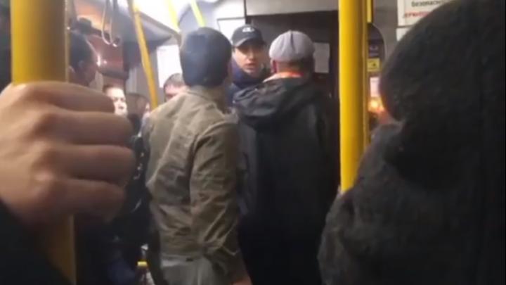 В Екатеринбурге агрессивный пассажир автобуса устроил дебош, чтобы не надевать маску: видео