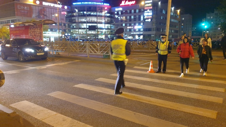 Ехал через перекресток на красный свет: в Екатеринбурге Ford сбил 12-летнего школьника на самокате