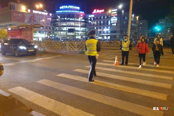 В Екатеринбурге иномарка сбила школьника, который на самокате ехал через перекресток на красный свет