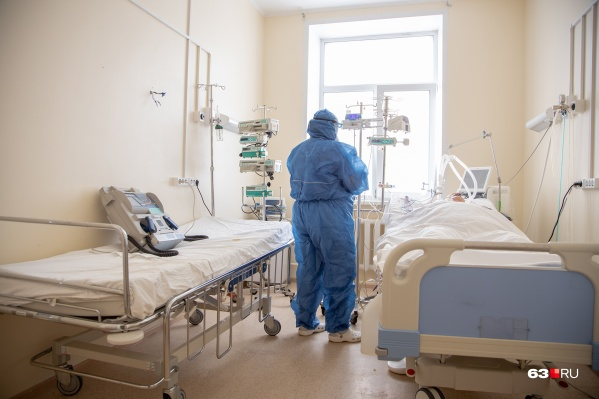 Даже защитные костюмы не всегда спасают врачей от опасного вируса