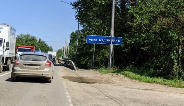 «Светофор для блатных»: волгоградцы ежедневно стоят в пробках на мосту через Волгу