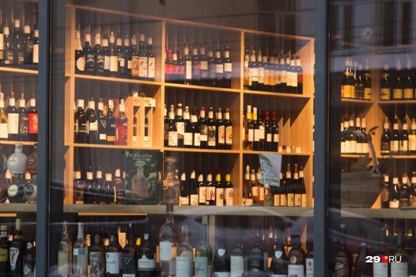 Купить алкоголь в магазинах можно будет с 10 до 13 часов. На заведения общепита запрет не распространяется