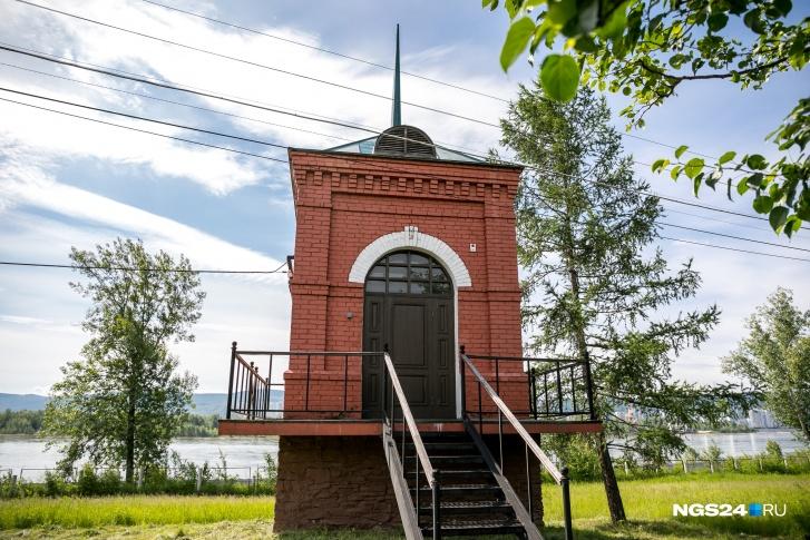 Здесь же стоит здание электроподстанции в точно таком же стиле