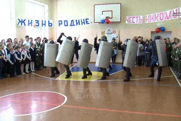 За показательным выступлением наблюдали кадеты-пятиклассники