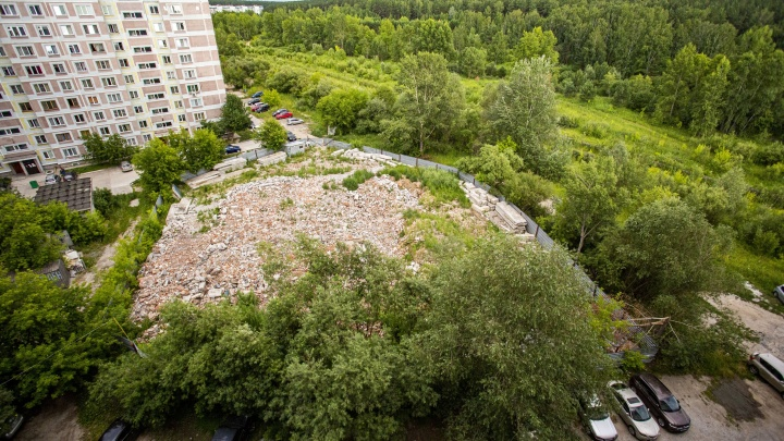 В Нижней Ельцовке разобрали многолетний долгострой — за новый дом на его месте застройщик судится с мэрией