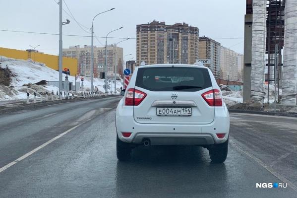 На переезде Фадеева и Гребенщикова машины встали в пробку из-за семафора