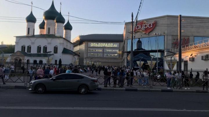 В Ярославле из-за пожара эвакуировали всех посетителей и сотрудников торгового центра «Аура». Видео