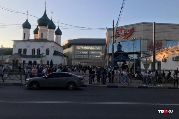 Всех людей из ТЦ в целях безопасности эвакуировали на улицу