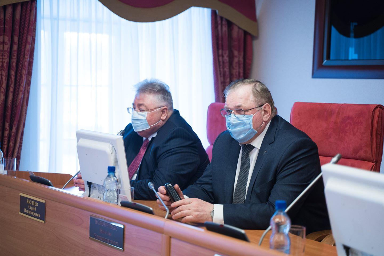 Директор Радиозавода Сергей Якушев и экс-мэр Ярославля Виктор Волончунас обезопасили друг друга в президиуме
