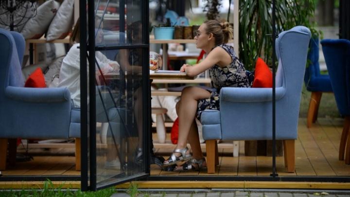 На следующем этапе снятия ограничений в Екатеринбурге откроются летние веранды