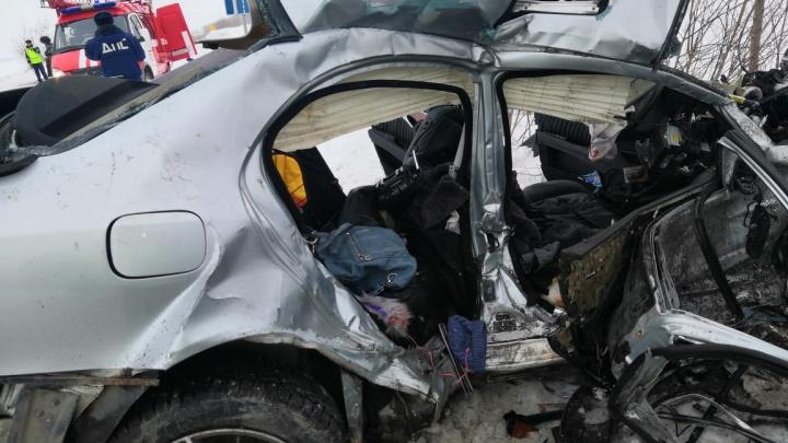 В Челябинской области при столкновенииMercedes и Land Cruiser погибли супруги и их пятилетняя дочь