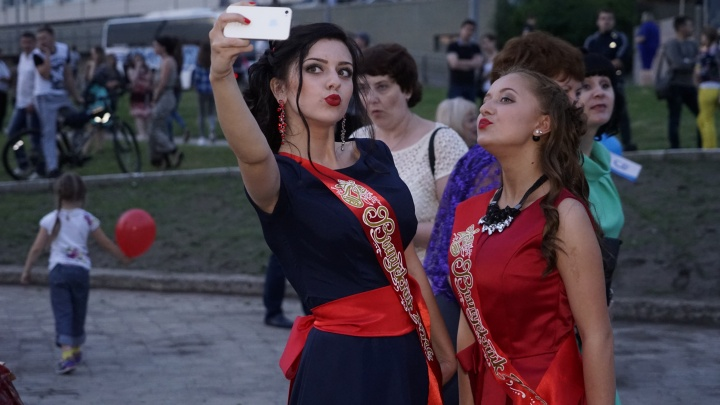 Выпускные вечера в Омской области планируют провести в августе