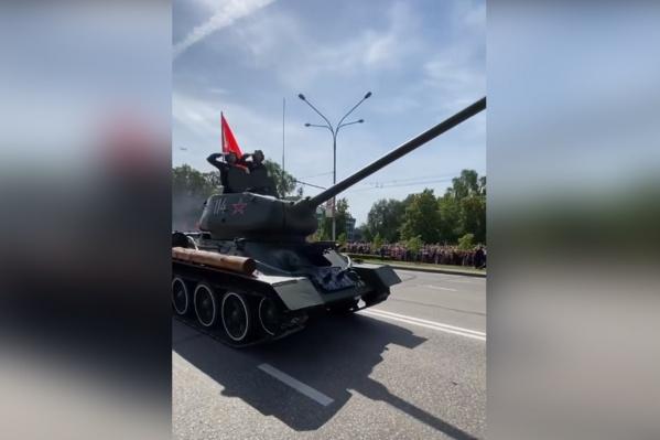 Торжественное шествие в Новокузнецке открыл танк Т-34