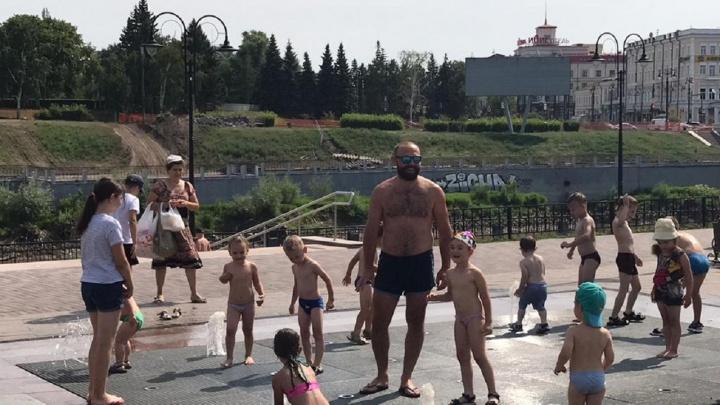 «В купальнике нельзя»: работающие на улице омичи рассказали, как спасаются от жары