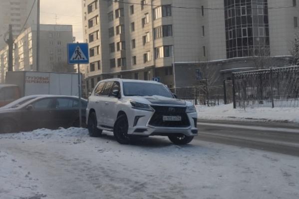 Белый «Лексус» с номерами ООО на переходе
