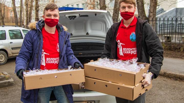 В Перми волонтеры раздали врачам и пациентам три сотни куличей