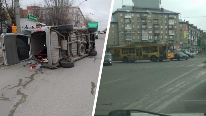Иномарка легла набок в районе парка Кирова — очевидцы обвиняют открытый люк
