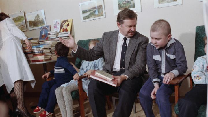 «Это главный итог моей жизни»: знаменитый советский писатель 33 года собирает деньги для чужих детей