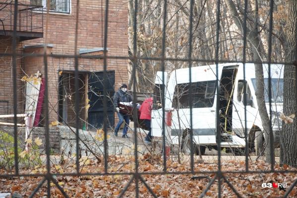 Родственники забирают тела из морга уже в гробах