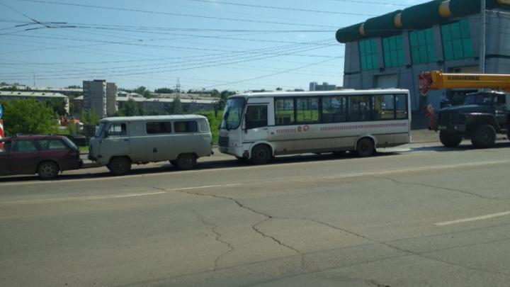 На Высотной автокран врезался в автобус и собрал «паровоз» из машин