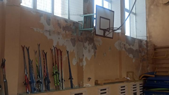 «Всё лучшее детям»: в переславской школе на учеников кусками валится штукатурка