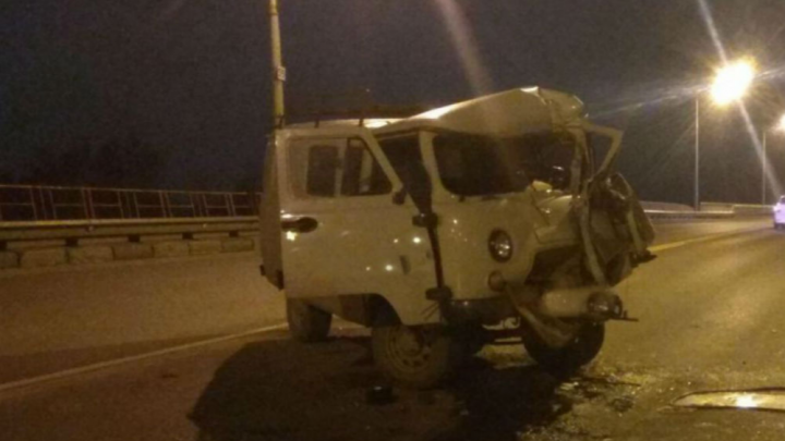 На Октябрьском мосту «буханка» протаранила два автобуса и легковушку: погиб водитель