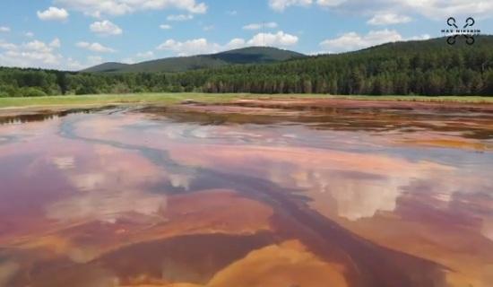 Жители Башкирии заметили в Белорецке озеро кислотно-оранжевого цвета