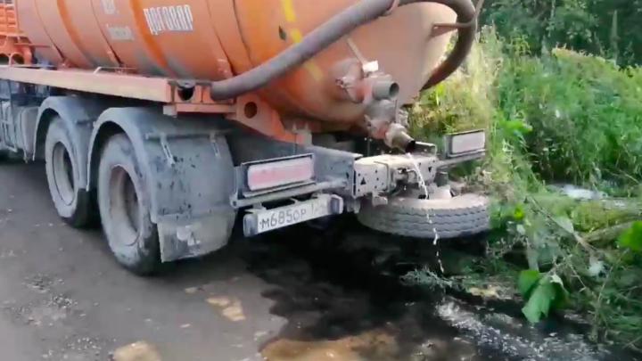 Бдительный красноярец прогнал ассенизатора, незаконно сливающего нечистоты