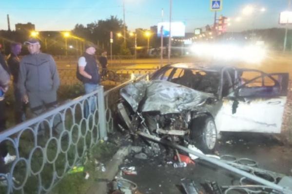Mercedes сгорел после столкновения с ВАЗом