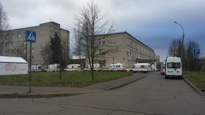«А кто-то безнадежно ждет помощи»: в Рыбинске у COVID-больницы выстроилась очередь из скорых