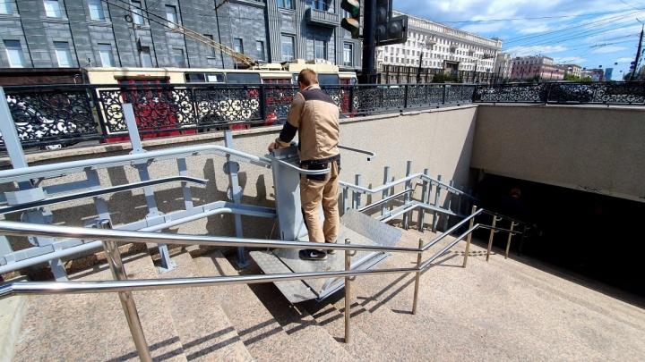 В подземном переходе на площади Революции в Челябинске пандусы заменили на новые подъёмники