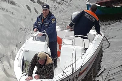 В Ростовской области чудом спасли рыбака, чья лодка утонула посреди залива