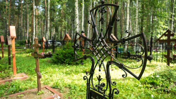 На двух кладбищах в Екатеринбурге нашли нелегальные торговые точки