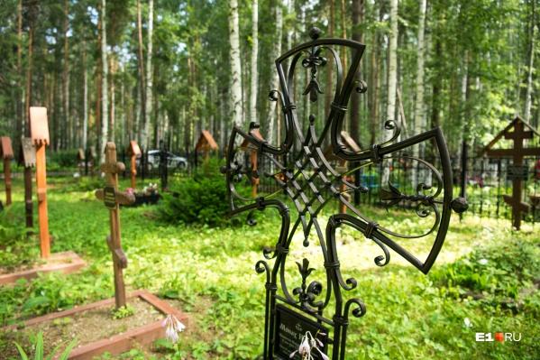 Торговые вагончики работали на Лесном и Окружном кладбищах