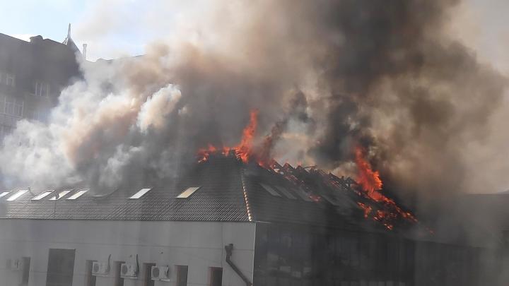 В центре Тюмени горит бизнес-центр