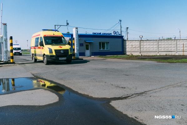 От омского аэропорта уехали две бригады скорой помощи и автобус