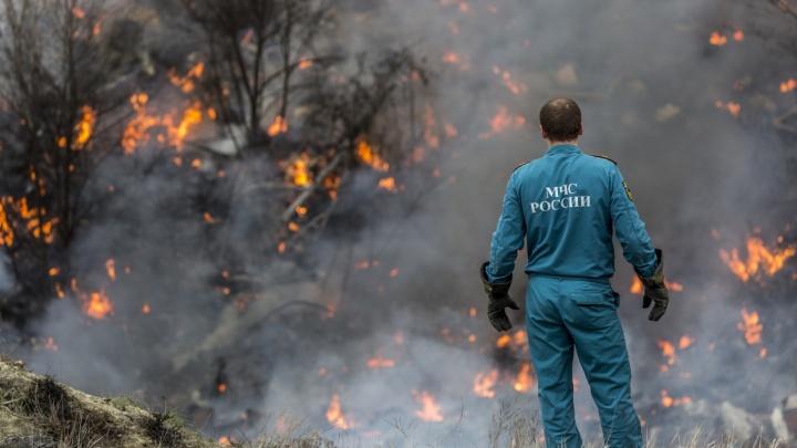 Черный дым столбом: в Волгограде тушат заброшенные очистные Тракторного завода