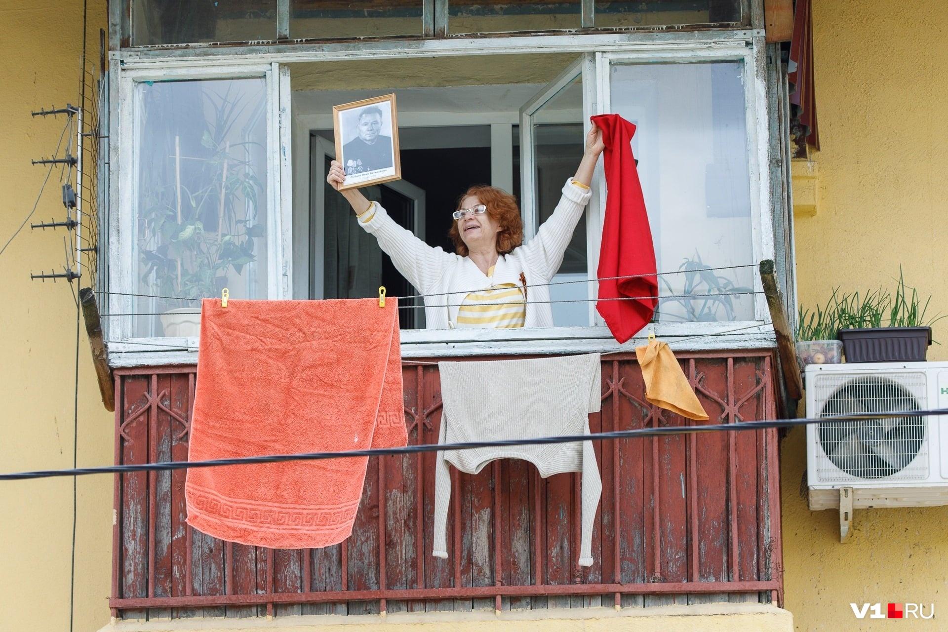 Оставшиеся 9 мая дома волгоградцы вышли на балкон с портретами своих близких и хором спели «День Победы». Может быть, негладко, несинхронно, но зато искренне и от всей души