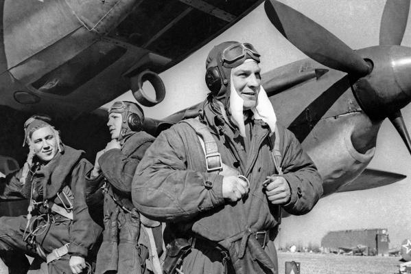 Германия. Апрель. 1945 год. Экипаж бомбардировщика 6-го гвардейского бомбардировочного авиационного корпуса перед вылетом на боевое задание во время Второй мировой войны. Точная дата и место съемки не установлены